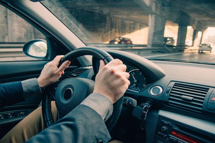 دلایل مختلف لرزش فرمان در هنگام فشار آوردن پدال ترمز و ایمنی خودرو