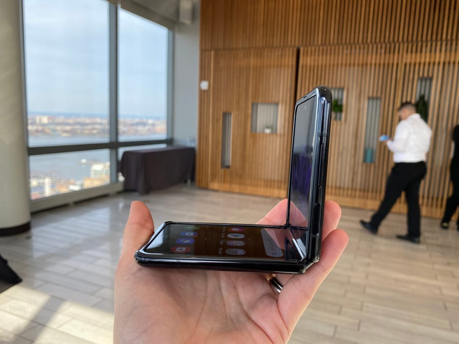 تصویر از سامسونگ از جدیدترین  گوشی تاشو خود به نام Galaxy Z Flip رونمایی کرد