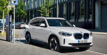 از جدید ترین خودروی برقی SUV بی ام و BMW iX3 رونمایی شد.