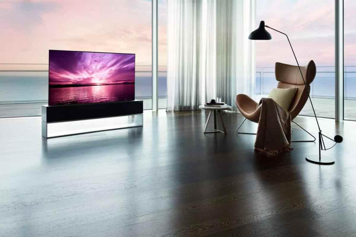 تلویزیون LG Signature OLED R دارای صفحه ای است که در صورت عدم نیاز می تواند پیچیده شده و درون جعبه قرار گیرد